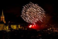 Het vuurwerk van het nieuwjaar in Praag royalty-vrije stock fotografie