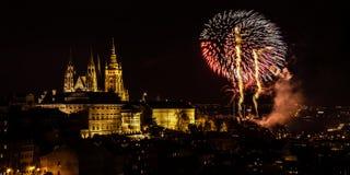 Het vuurwerk van het nieuwjaar in Praag stock fotografie