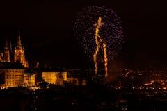 Het vuurwerk van het nieuwjaar in Praag stock afbeelding
