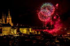 Het vuurwerk van het nieuwjaar in Praag stock afbeeldingen