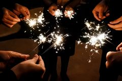 Het vuurwerk verlicht in dark voor viering Royalty-vrije Stock Afbeeldingen