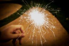 Het vuurwerk verlicht in dark voor viering Stock Foto's