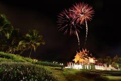 Het vuurwerk viert de de verjaardagsverjaardag van de koningin over Ho Kham Luang in Koninklijke Flora Expo Stock Foto