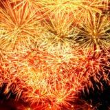 Het vuurwerklicht omhoog de hemel met het verblinden toont Stock Foto