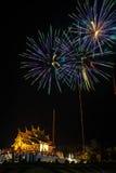 Het vuurwerklicht omhoog de hemel met het verblinden toont Stock Afbeeldingen
