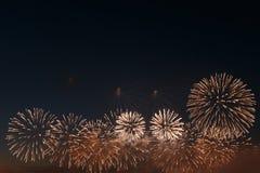 Het vuurwerklicht omhoog de hemel met het verblinden toont royalty-vrije stock fotografie