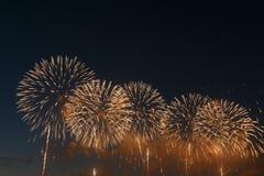 Het vuurwerklicht omhoog de hemel met het verblinden toont royalty-vrije stock foto
