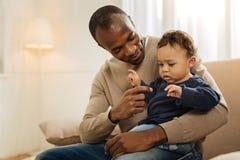 Het waakzame mens spelen met zijn kind stock fotografie