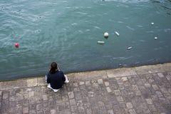 Het waarnemen van de verontreiniging van het milieuafval op de Zegenrivier Parijs stock foto