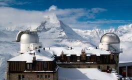 Het waarnemingscentrum van Gornergrat met piek Matterhorn op de achtergrond Stock Foto's