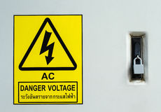 Het waarschuwen voorziet hoogspanning aan gevaar van wegwijzers het bescherming door slot Stock Fotografie