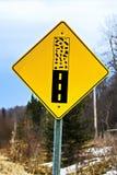 Het waarschuwingsbord van bestratingseinden op een binnenweg Stock Foto
