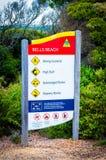 Het waarschuwingsbord van het klokkenstrand op Grote Oceaanweg, Australië Stock Afbeelding