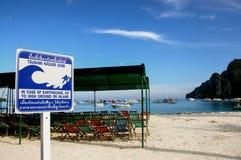 Het waarschuwingssein van Tsunami op het strand Stock Foto