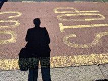 Het wachten bij de bushalte royalty-vrije stock foto