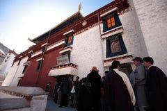 Het wachten buiten het Klooster van publieks hallof Drepung Stock Foto's