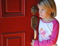 Het wachten door de deur. Stock Afbeeldingen