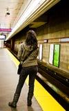 Het wachten door de sporen van de Trein Stock Fotografie