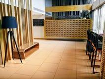 Het wachten lijst en stoelen bij de hal wordt geplaatst die stock foto's