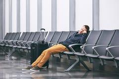 Het wachten in luchthaventerminal royalty-vrije stock afbeeldingen