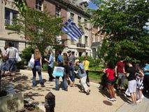 Het wachten om binnen de Griekse Ambassade te krijgen Stock Foto