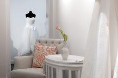 Het wachten op de bruid om haar huwelijkskleding te vinden Royalty-vrije Stock Fotografie