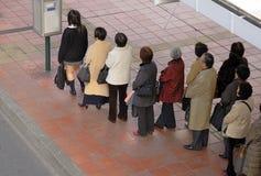 Het wachten op de bus royalty-vrije stock afbeelding