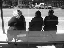 Het wachten op de bus Stock Fotografie