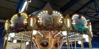 Het wachten op de carrousel stock afbeeldingen