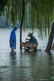 Het wachten op de tegen te houden regen stock foto