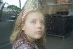 Het wachten op de tegen te houden regen Royalty-vrije Stock Foto's