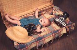 Het wachten op een baby Snoepje weinig baby Het nieuwe leven en geboorte Klein meisje in koffer Het reizen en avontuur Familie royalty-vrije stock foto