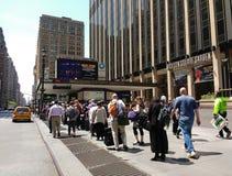 Het wachten op een NYC-Taxi voor Madison Square Garden Stock Afbeeldingen