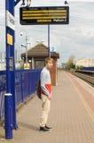 Het wachten op een trein Stock Fotografie