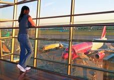 Het wachten op een vliegtuig stock afbeeldingen