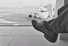 Het wachten op een vliegtuig bij luchthaven royalty-vrije stock fotografie