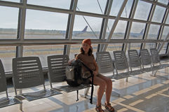Het wachten op een vlucht stock afbeelding