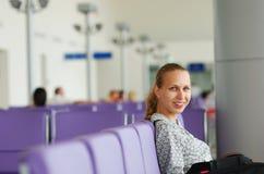 Het wachten op een vlucht Stock Foto's