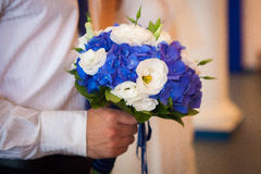Het wachten op zijn bruid Close-up van bruidegomhanden stock foto