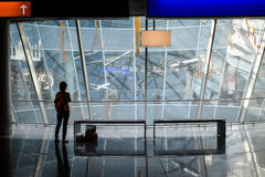 Het wachten in overdracht - Luchthavenreiziger Royalty-vrije Stock Afbeeldingen