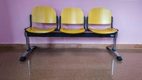 Het wachten stoelen met roze muur royalty-vrije stock fotografie