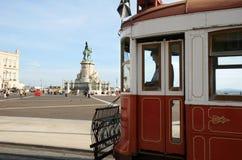 Het wachten tram bij het Vierkant van het Paleis in Lissabon, Portugal Royalty-vrije Stock Afbeeldingen