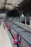 Het wachten treinen in Paddington-post, Londen Stock Fotografie