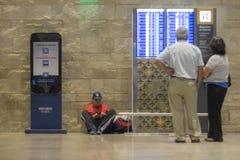 Het wachten van de vlucht in de luchthaven Stock Afbeeldingen
