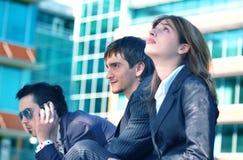 Het Wachten van drie Mensen stock afbeeldingen