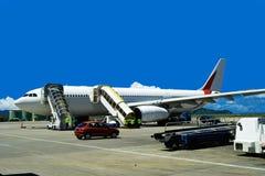 Het wachten vliegtuig op luchthaven. Royalty-vrije Stock Afbeeldingen