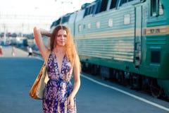 Het wachtentrein van de vrouw op het platform Royalty-vrije Stock Fotografie