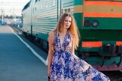 Het wachtentrein van de vrouw op het platform Stock Foto