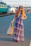 Het wachtentrein van de vrouw op het platform Royalty-vrije Stock Foto