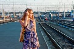 Het wachtentrein van de vrouw op het platform Royalty-vrije Stock Foto's